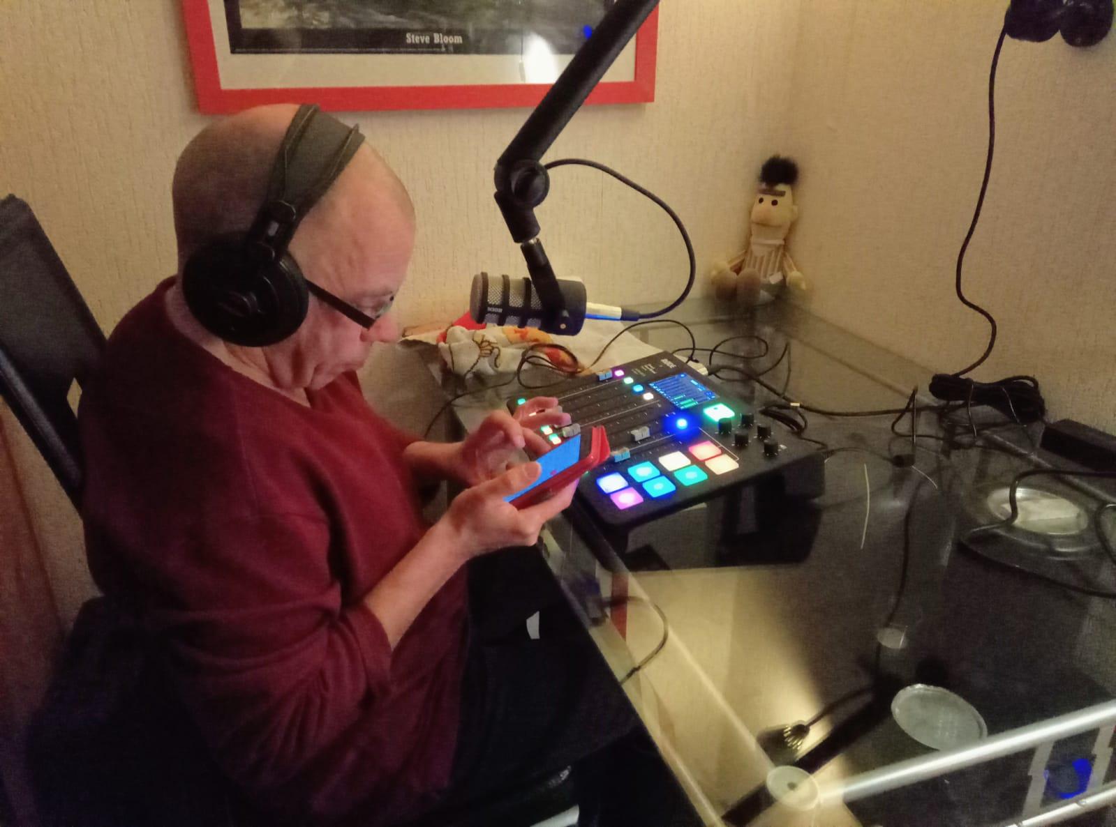 Bert zit nu in zijn eigen radiostudio.
